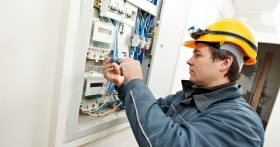Работаю электриком на стройке в Петрозаводске, ЗП хорошая. Больше всего ценю, то что работаю, где живу и это хорошо