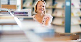 Работаю в центральной библиотеке Херсона (Украина), хожу на работу с улыбкой на лице. Единственный минус — это зарплата
