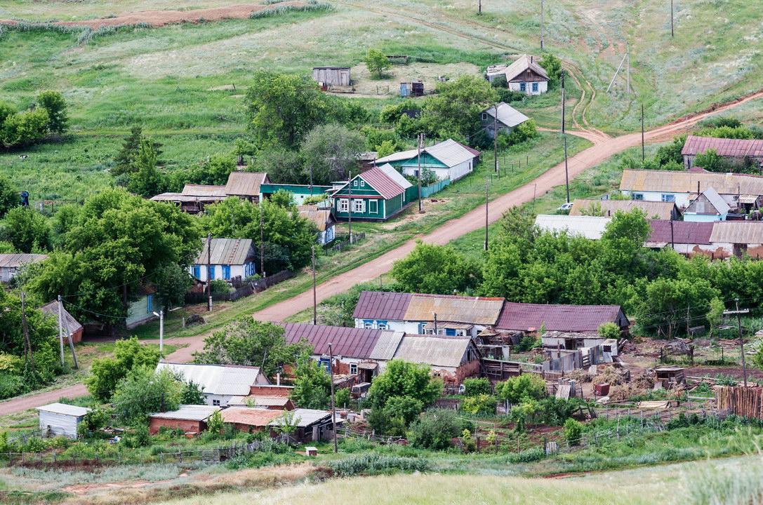 Мы с мужем 100%-е москвичи переехали в деревню: живём хозяйством, пенсии откладываем. Мне нравится, а муж разочаровался