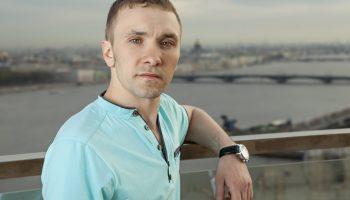 Переехал из провинции в Петербург, работаю учителем. Хоть зарплаты на свободную жизнь не хватает, думаю перспективы есть