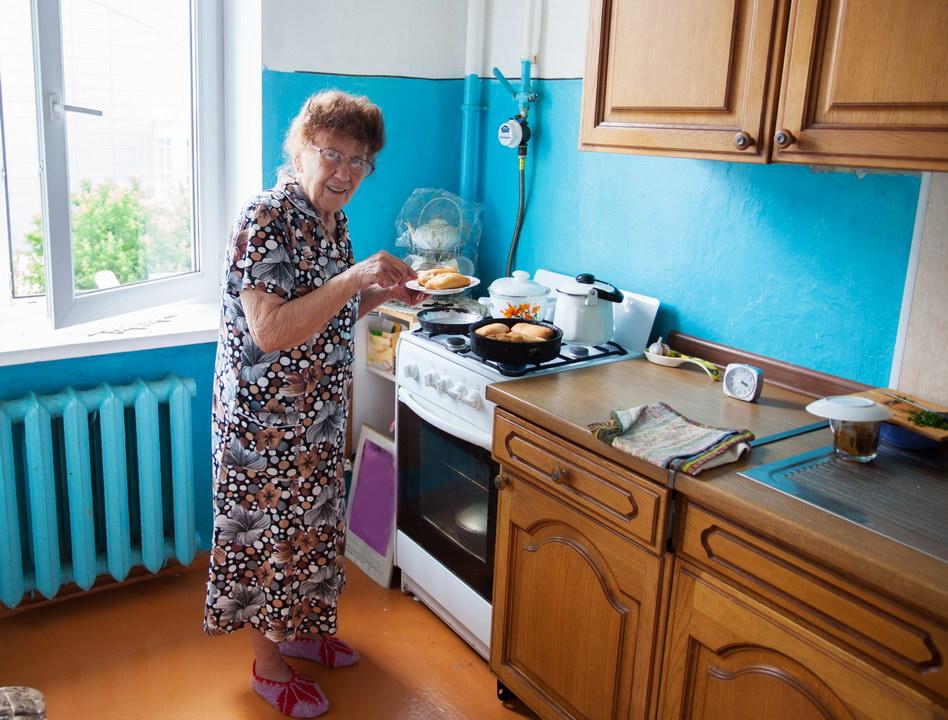 Пенсионерка на кухне